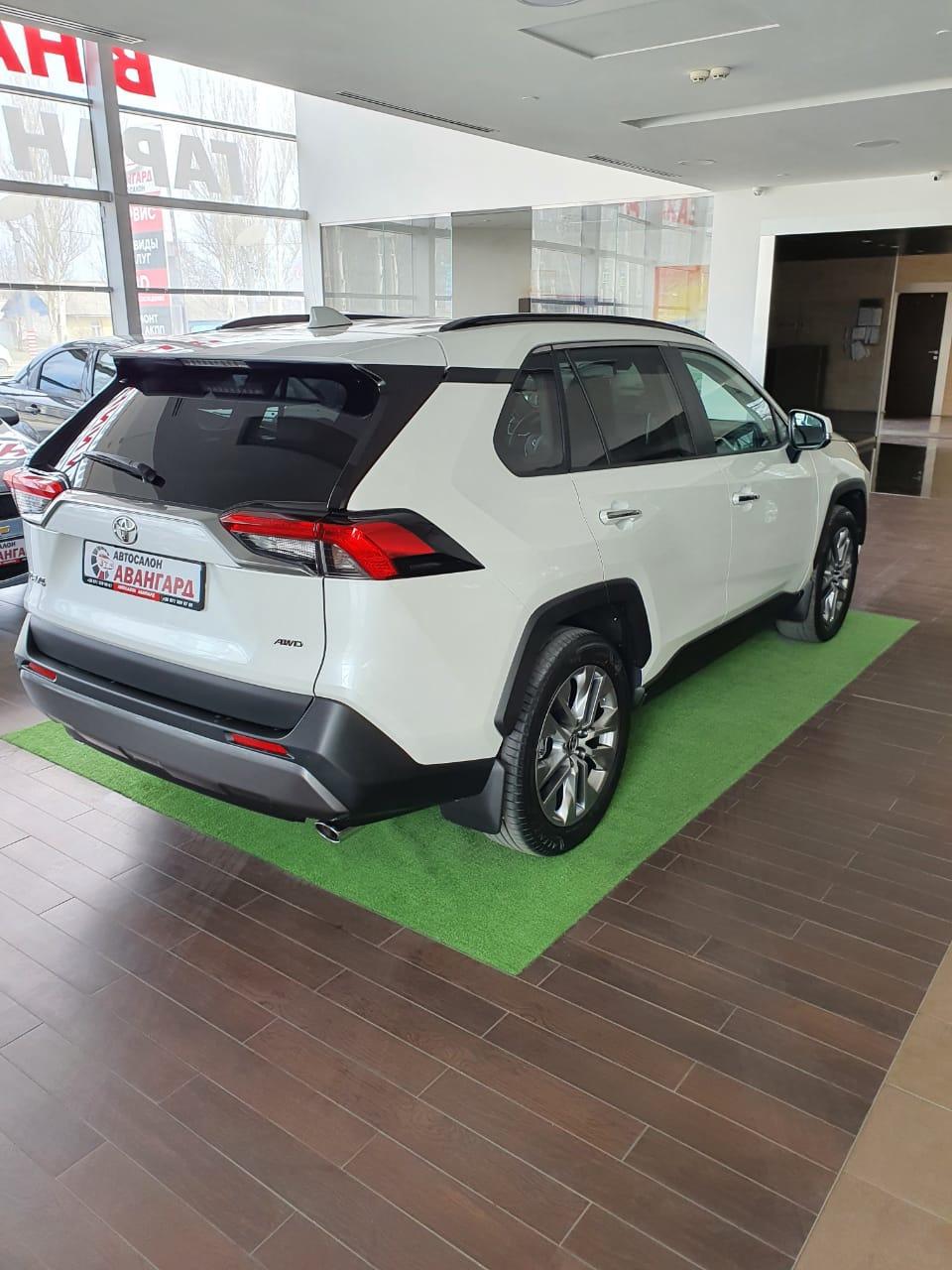 Toyota RAV4 2.5 199 л.с. 8АКП. Комплектации Prestige Safety 2021 года выпуска, цвет белый перламутр.