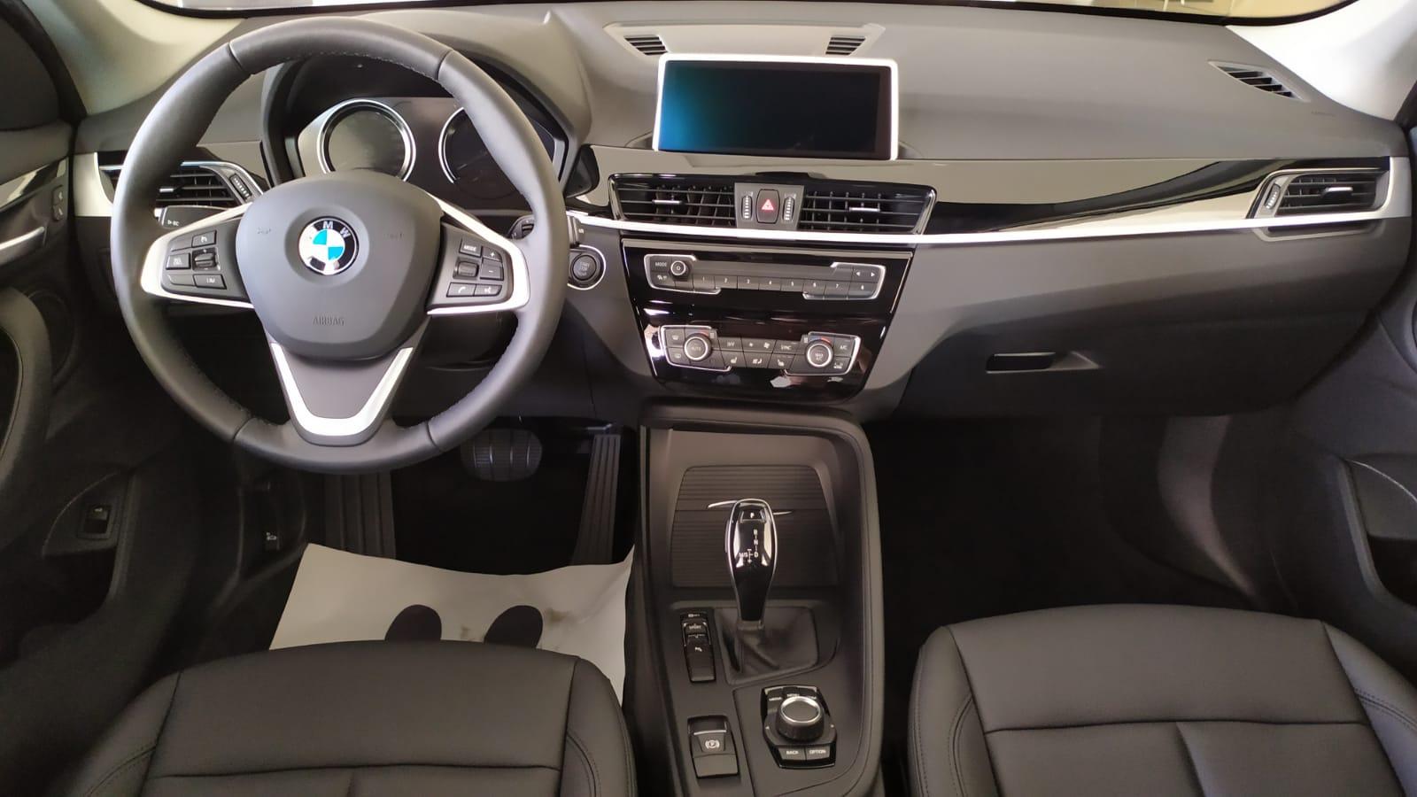 BMW X1 sDrive18i 1.5 140 л.с. 7-Steptronic. SE. Белоснежный. 2021